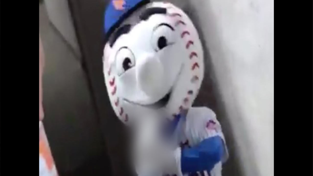 Mets regret lapse, gesture by mascot