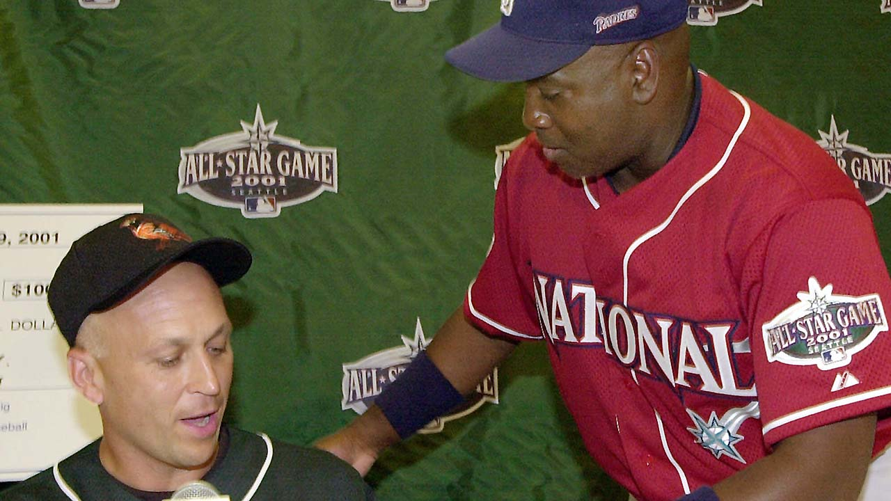 Gwynn, Ripken honored during AL win in '01 ASG