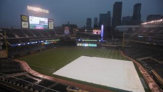 Rain forces delay in 11th inning at Target Field