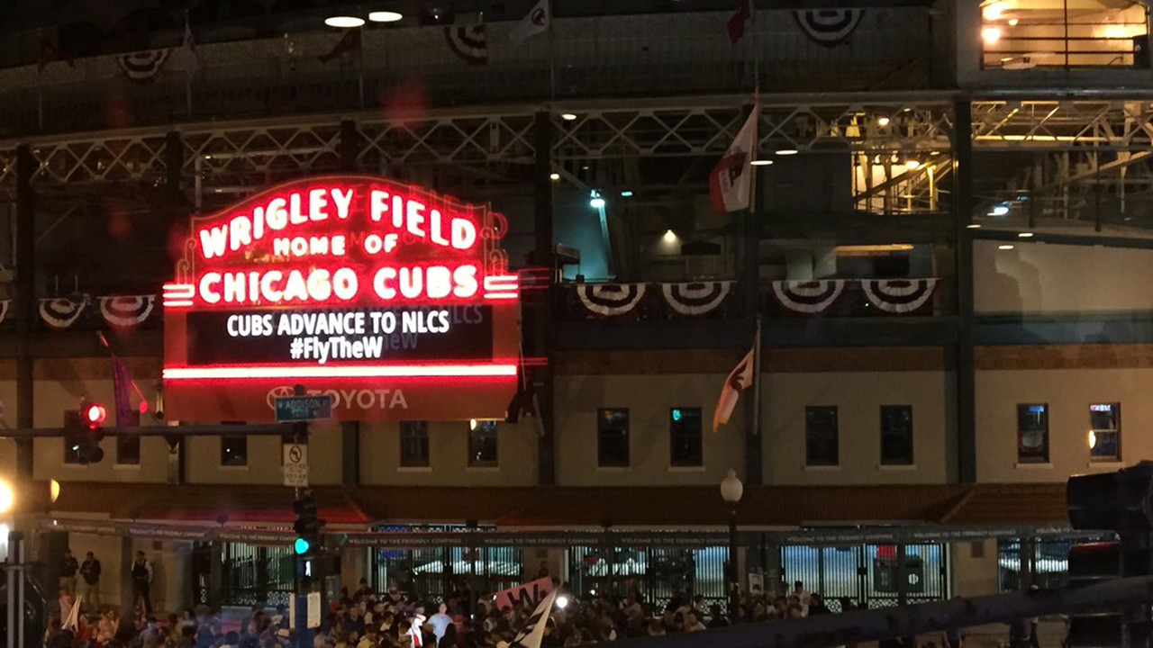 Cubs' fans flock to Wrigleyville to celebrate