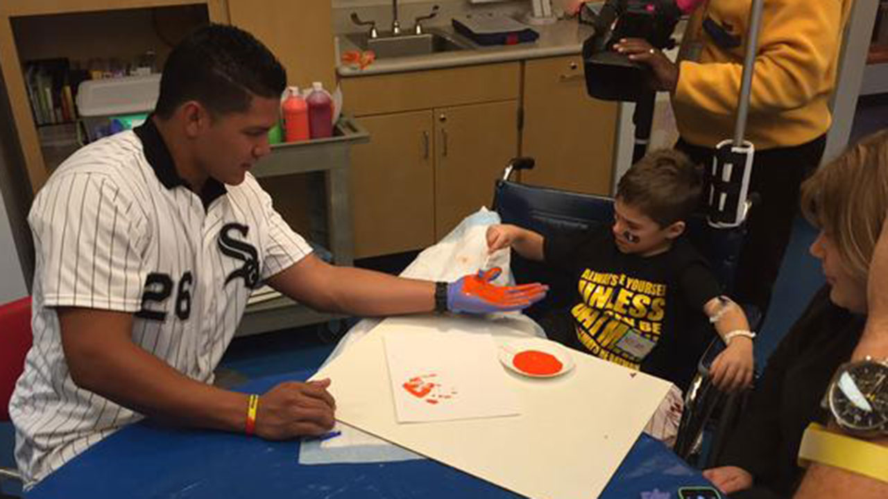 White Sox trio visits young patients at hospital