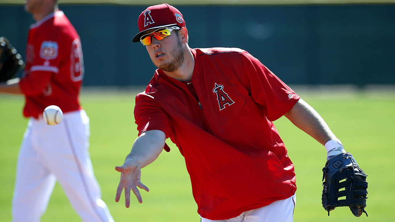 See ball, field ball: Gallego helps Cron at first